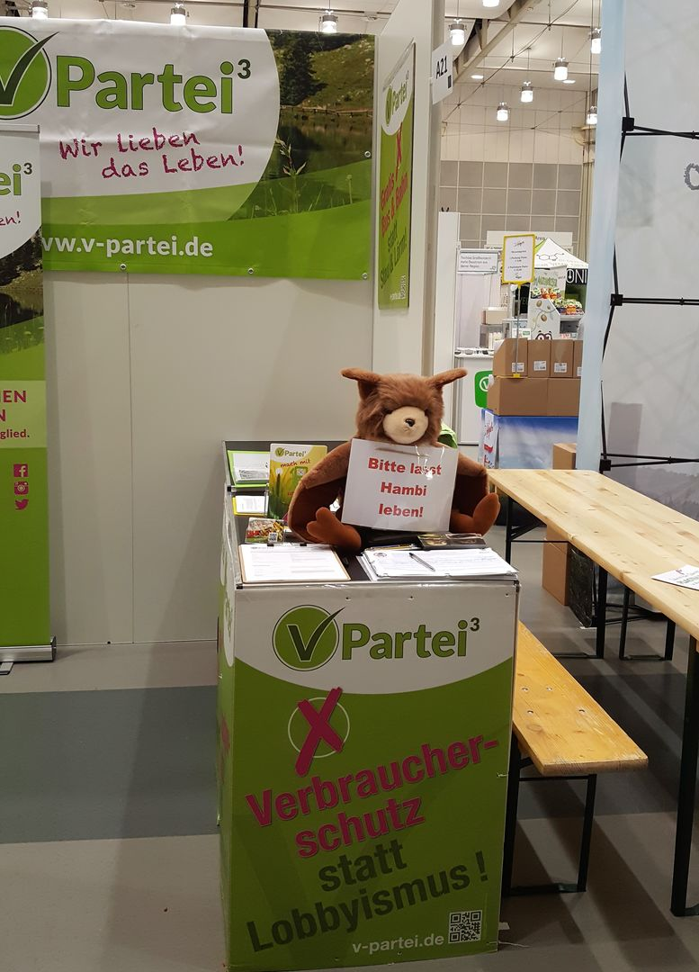 Am Stand der V-Partei sammelt Stofffledermaus Plüti auf der Veggie World Hannover 2018 Unterschriften für den Kohleausstieg // at the booster of the V party soft to bat Plüti collects signatures for the End Coal Petition at the Veggie World Hannover 2018