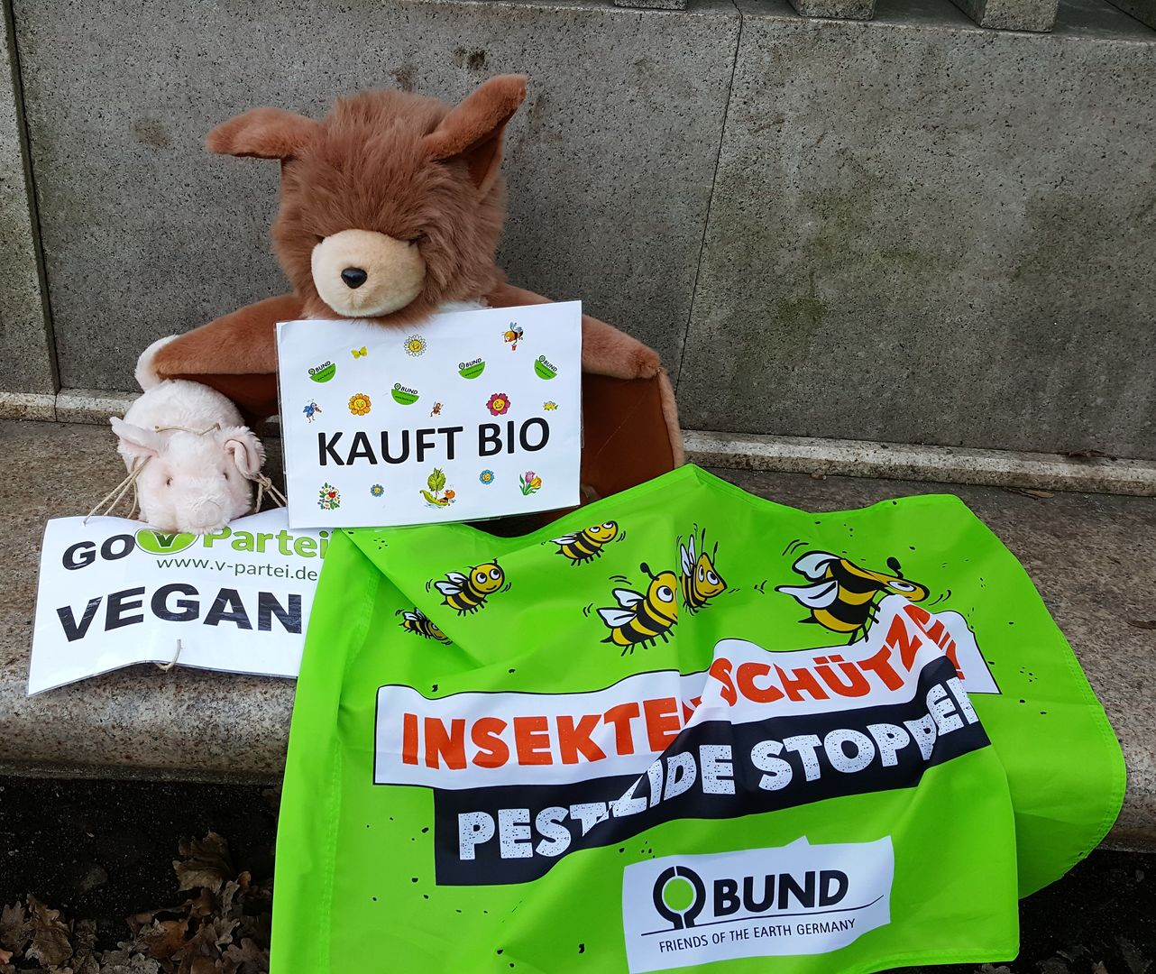 Das Foto zeigt Stoff-Fledermaus Plüti und Stofftierschwein Schweini bei der Demo Wir haben es satt! in Berlin 2019 // The photo shows soft toy bat Plüti and soft toy pig Schweini at the demonstration We are sick of it! in Berlin 2019