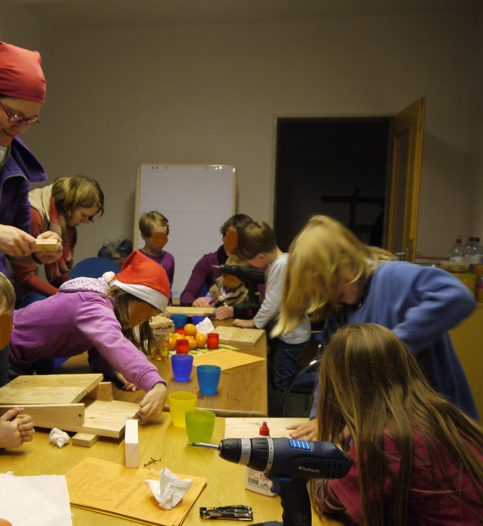 Das Foto zeigt Kinder, die Fledermauskästen beim BUND Region Hannover bauen // The photo shows children who are constructing bat boxes at Friends of the Earth Germany Hannover
