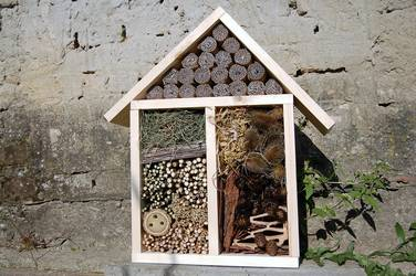 Das Foto zeigt ein Insektenhotel // the photo shows an Insect Hotel