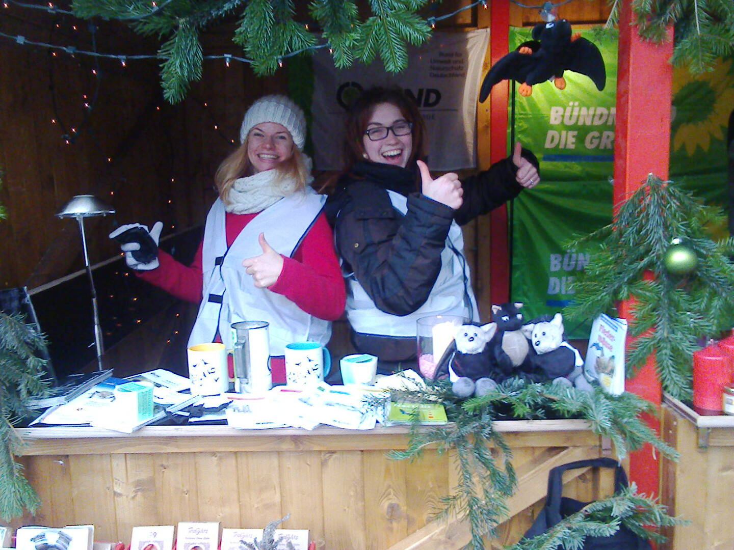 Das Foto zeigt zwei Mitglieder der AG Fledermäuse BUND Region Hannover am Informationsstand // the photo shows two members of the Bat Conservation Team Friends of the Earth Hannover Germany at the information boost